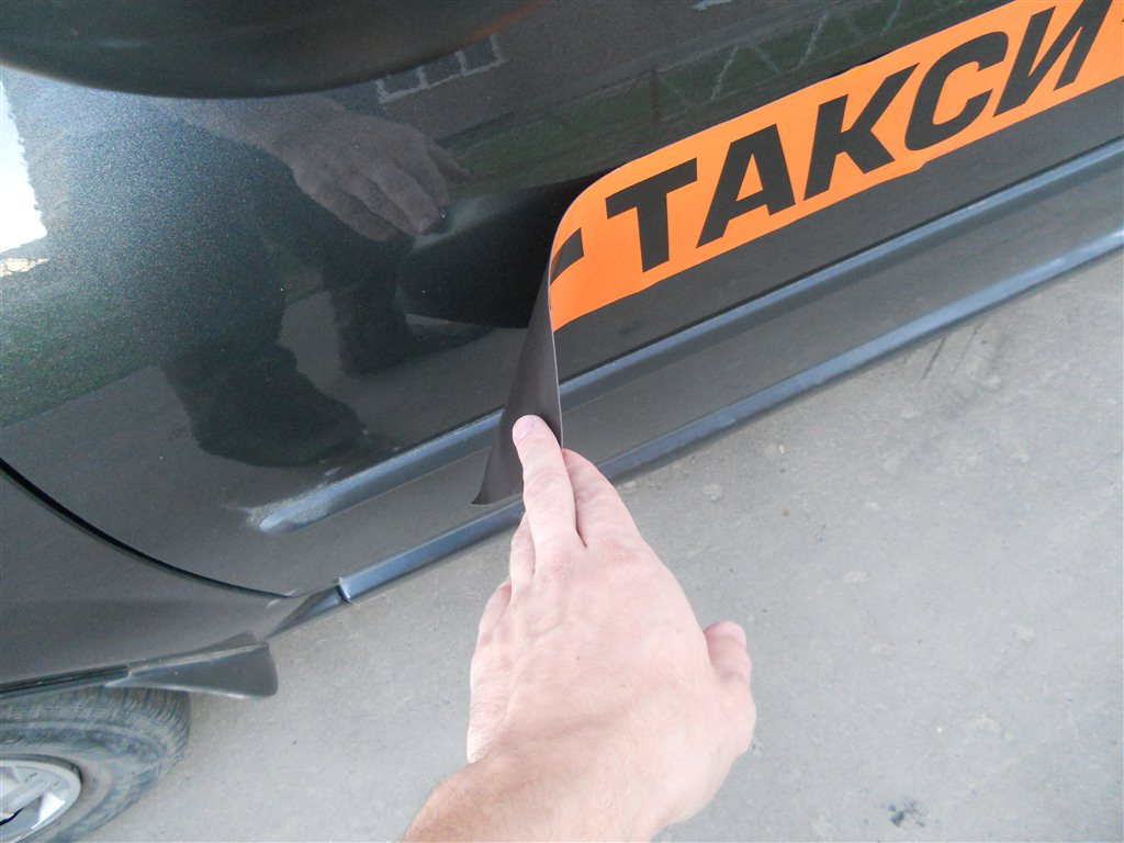 magnitnie-nakleyky-taxi-na-avto